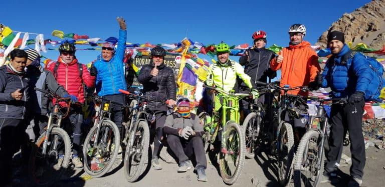 Mit dem Mountainbike rund um die Annapurna: Unsere Mtb-Gruppe happy am Thorong La (5435 m)