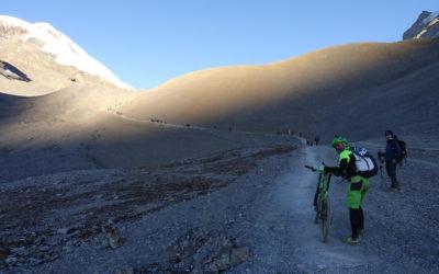 Nepal: Mit dem Mountainbike rund um die Annapurna (2018): Angekommen am Thorong La (T903): atemberaubende Landschaft