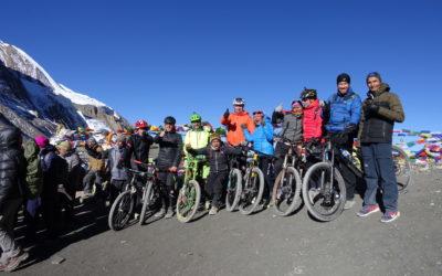 Nepal: Mountainbiker auf der Annapurna-Umrundung. Glücklich angekommen am Thornog La (5435 m)