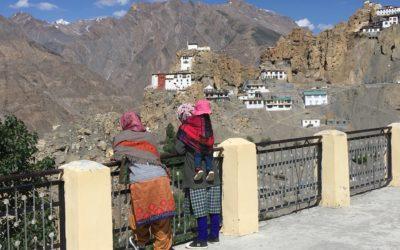 Frauen im Ort Dhankar genießen den Blick ins Spiti-Valley