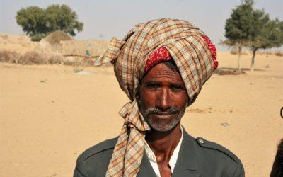 Stolzer Mann mit Turban in der Wüste Thar (Rajasthan)
