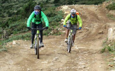 Nepal: Mountainbiker im Flow bei der Abfahrt
