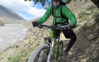 Mountainbiker auf der Abfahrt Richtung Marpha. Im HIntergrund das Kali-Gandaki-Tal.